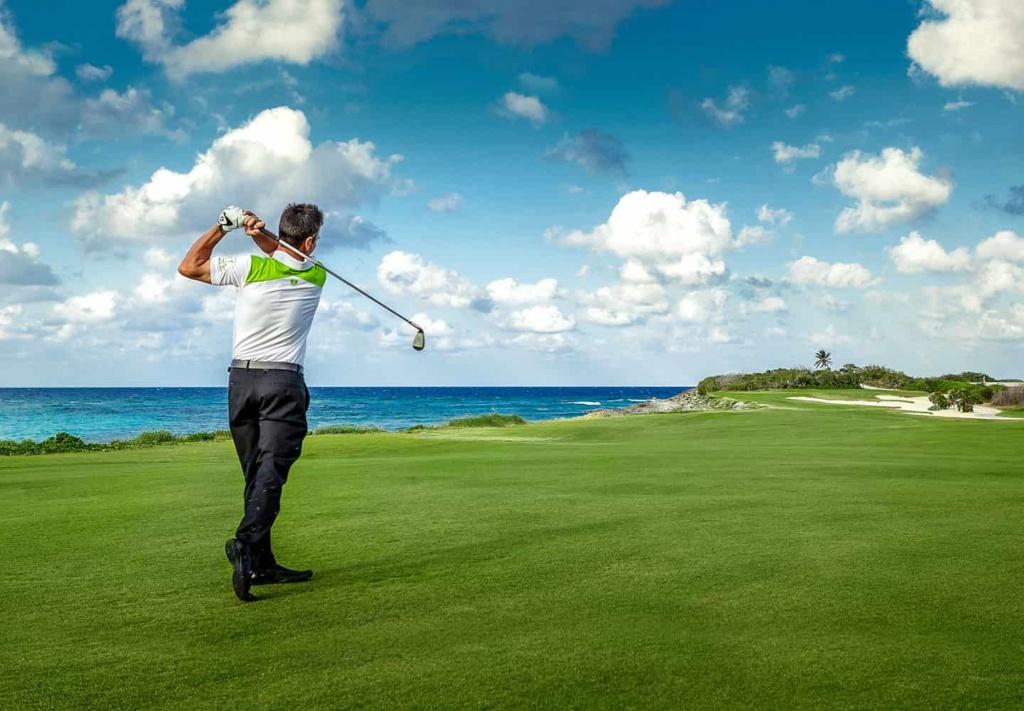 juego de golf con bella vista del mar caribe